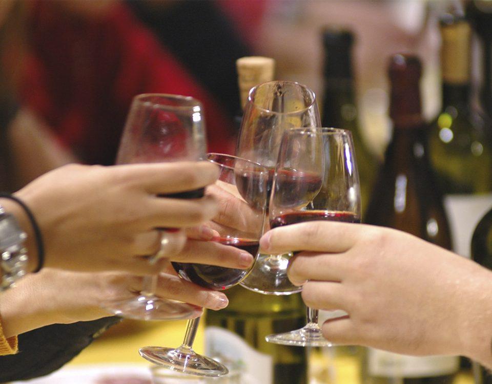 Brinda con vino en tus cenas con amigos con esta lista